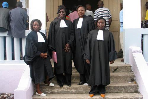 WCIC's advokater ved retsbygningen